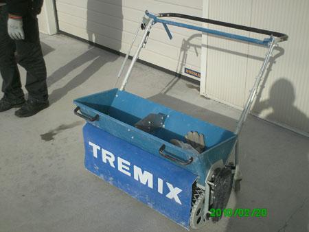 TREMIX - машина за полагане на повърхностен втърдител, равномерно дозира повърхностен втвърдител от 1 до 5 кг/кв.м